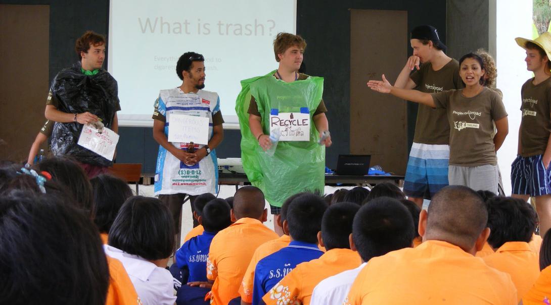 Project Abroads dykvolontärer i Thailand lär studenter om de negativa effekterna av skräp i naturen